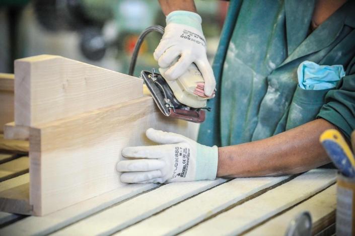 fotografia corporate e fotografia aziendale, rifinitura prodotti in legno