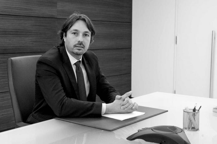 fotografia corporate e fotografia aziendale, uomo con baffi e completo