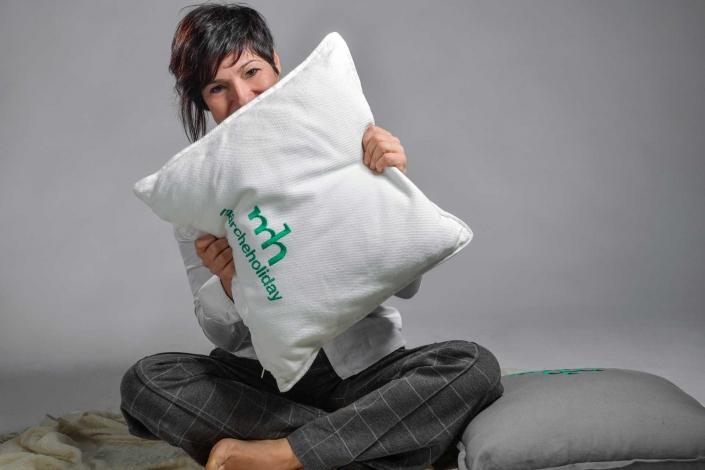 fotografia corporate e fotografia aziendale, donna si nasconde dietro cuscino