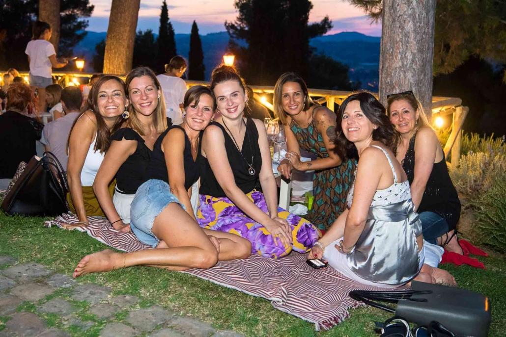 fotografo eventi, amiche sedute nel prato