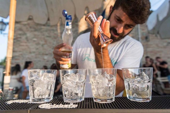 fotografo eventi, preparazione cocktail