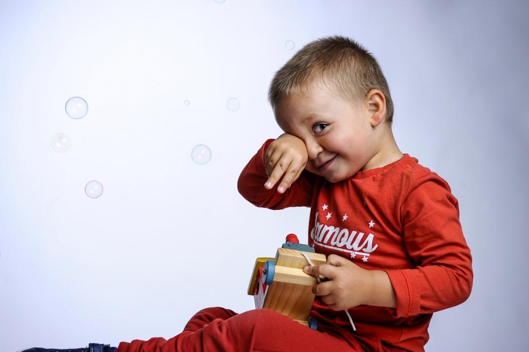 fotografo famiglia, bambino che gioca