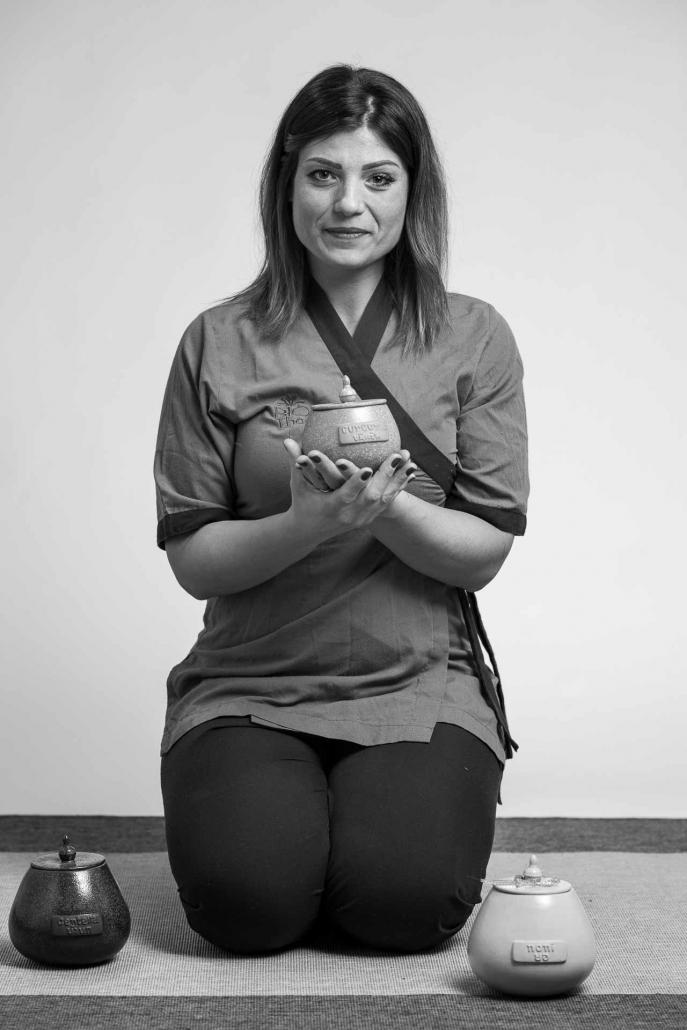 fotografia corporate e fotografia aziendale, ritratto donna con attrezzi di lavoro