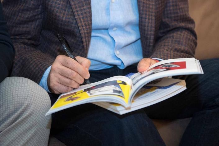 fotografo eventi, autografo su libro