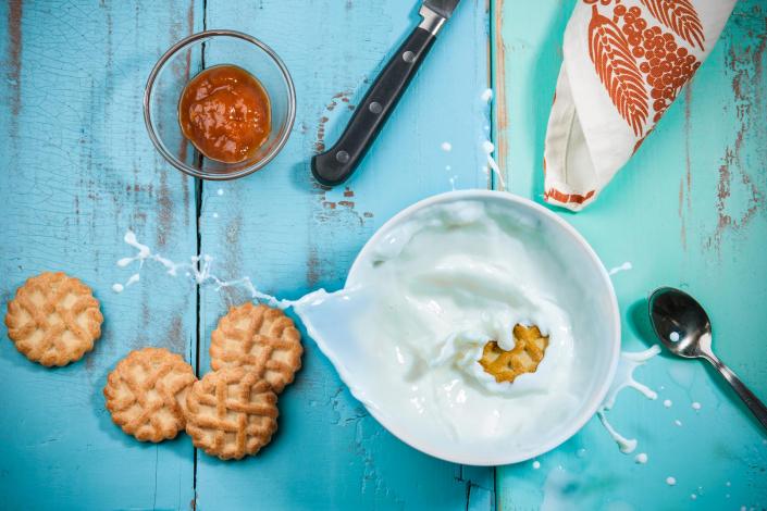 food photography, colazione con latte e biscotti