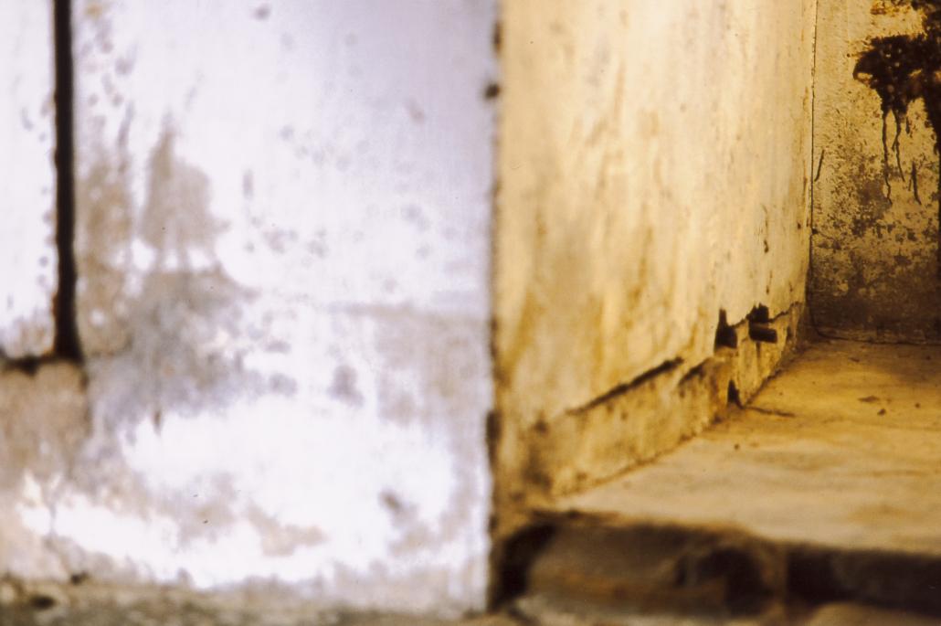Forme di Memoria, particolare di parete macchiata